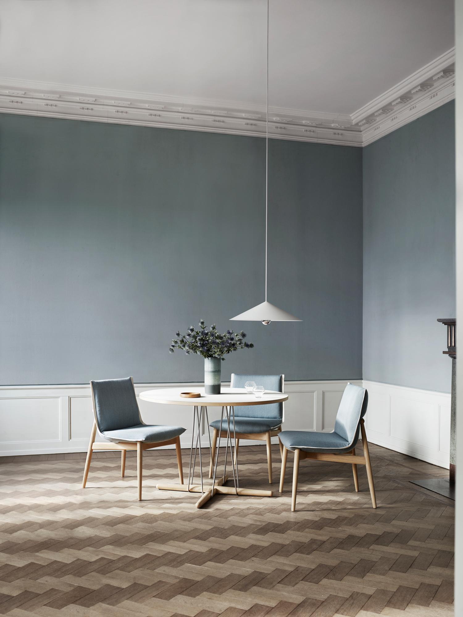 E004 Embrace Chair Carl Hansen& SønFrame walnut cover clara 144 light gray